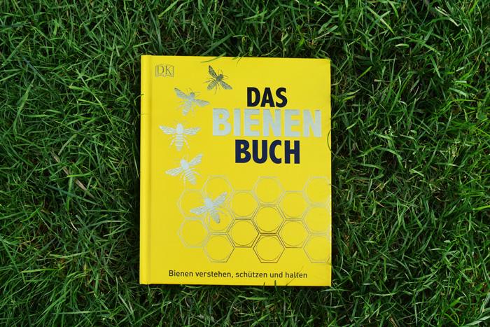 Das Bienenbuch Cover Buch in der Wiese